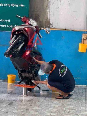 ben nâng rửa xe máy giúp rửa lóc máy xe dễ dàng