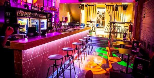 Kinh doanh quán bar với một quầy bar nhỏ, phục vụ ăn nhẹ cùng không gian yên tĩnh cũng là một ý tưởng không tồi.