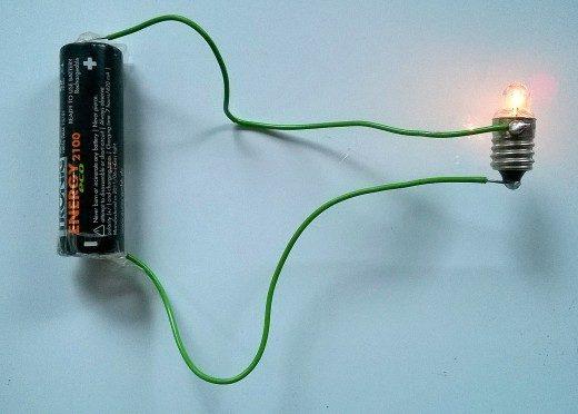Trong ví dụ này về một mạch đơn giản, một tế bào AA tác động dòng điện qua dây dẫn và thắp sáng bóng đèn