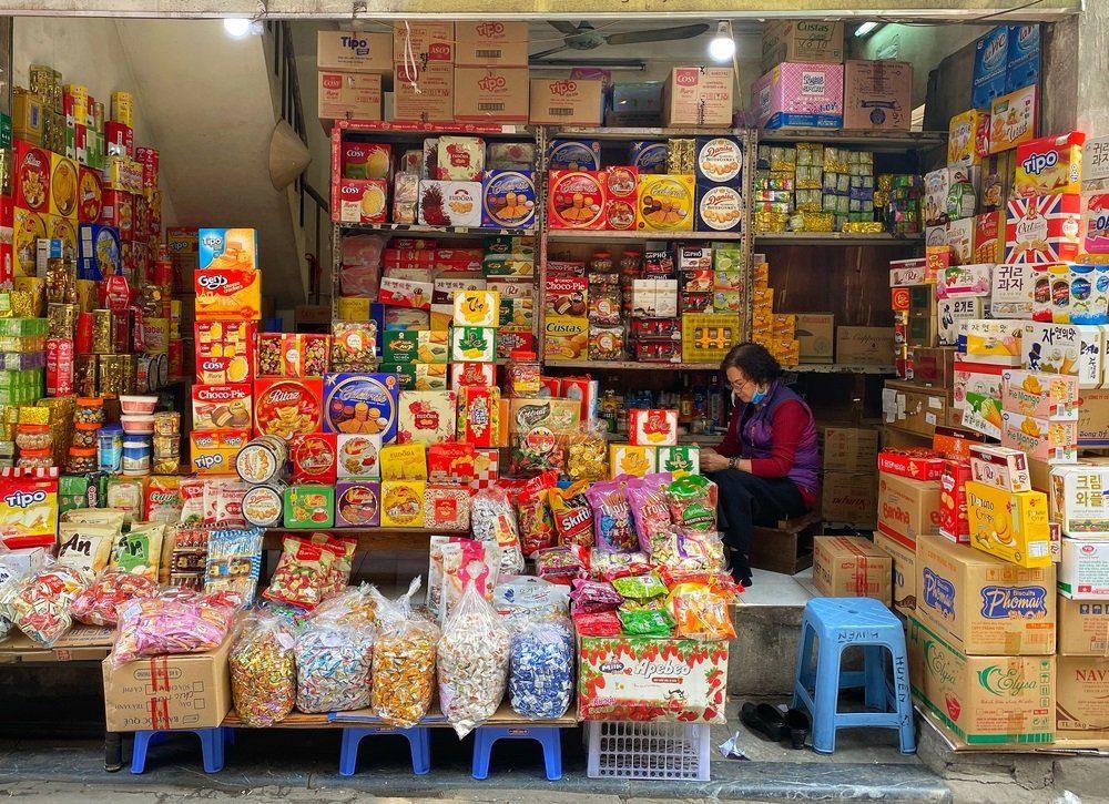 Kinh doanh tiệm tạp hóa là một hình thức kinh doanh ở nông thôn phổ biến.