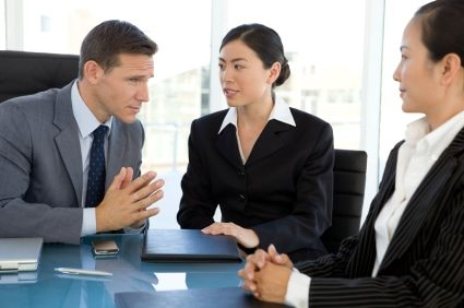 Phiên dịch là công việc kinh doanh vốn ít phù hợp với sinh viên các chuyên ngành ngôn ngữ, ngoại giao.