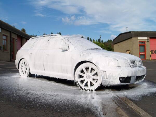 Hình thức rửa xe bọt tuyết được nhiều người ưa chuộng.